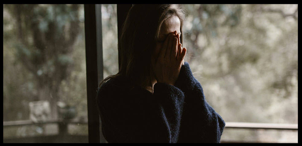 Darse cuenta de que estamos sufriendo gaslightig no es sencillo. A esto se le suma el sentimiento de insuficiencia, una gran confusión y además miedo al enfrentamiento, ya que esto podría suponer el final de la relación 𑁋algo para lo que no estamos emocionalmente preparados.